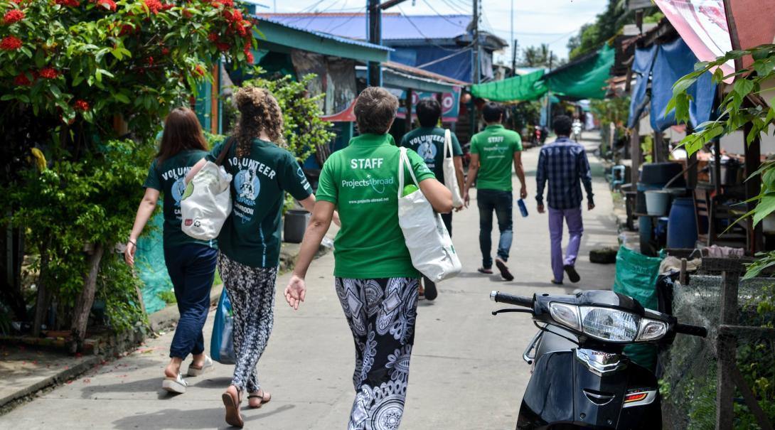 Voluntarias durante un recorrido turístico en su voluntariado juvenil.